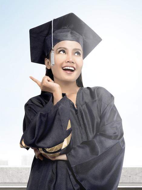 Aziatische vrouw in barethoed die van universiteit een diploma behalen Premium Foto