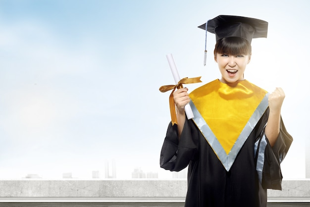 Aziatische vrouw in barethoed en diploma die van universiteit een diploma behalen Premium Foto