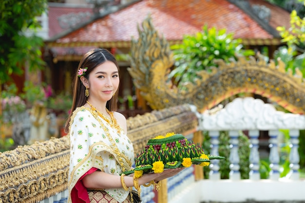 Aziatische vrouw in thaise jurk traditionele greep kratong loy krathong festival Gratis Foto
