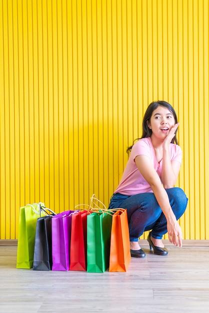Aziatische vrouw met boodschappentassen Premium Foto