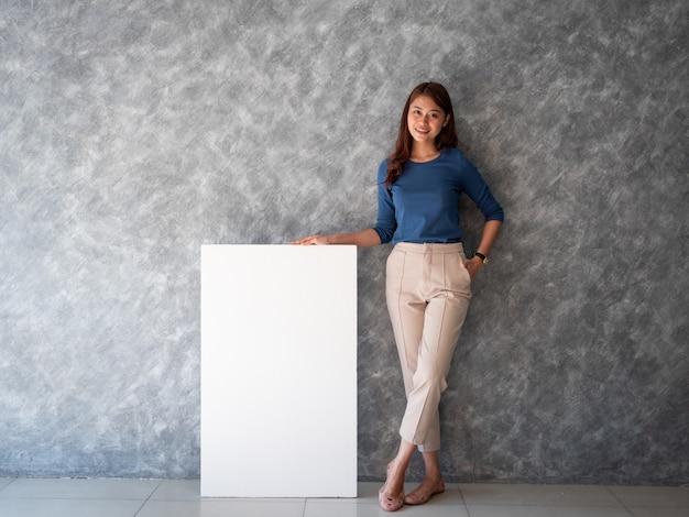 Aziatische vrouw met de witte ruimte van het bannerkopie Premium Foto