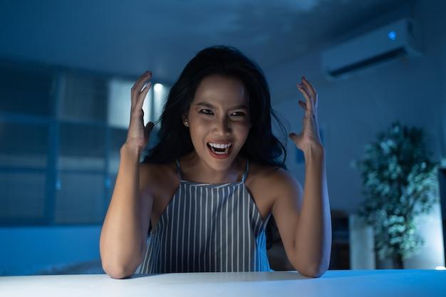 Aziatische vrouw met een depressie, ze is gestrest en gek. Gratis Foto