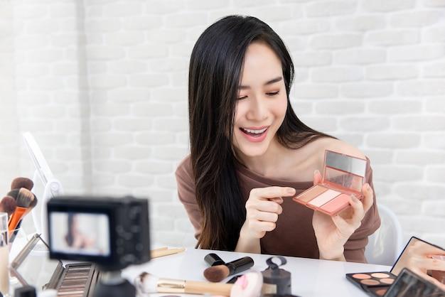 Aziatische vrouw professionele schoonheid vlogger opname cosmetische make-up tutorial video Premium Foto