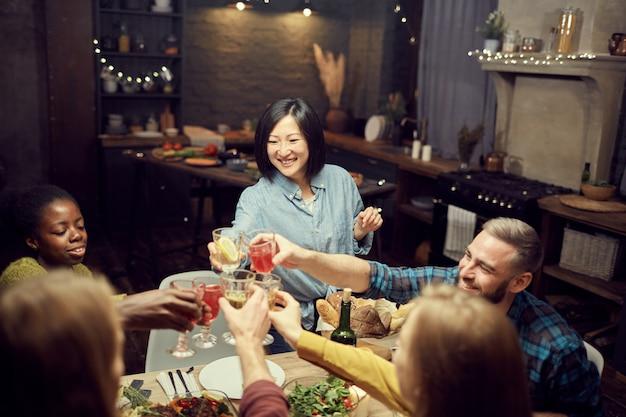 Aziatische vrouw rammelende bril met vrienden Premium Foto