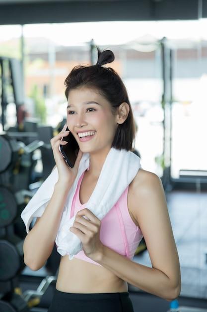 Aziatische vrouw spelen fitness in de sportschool Gratis Foto