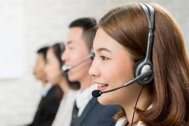 Aziatische vrouw telemarketing klantenservice agent team Premium Foto
