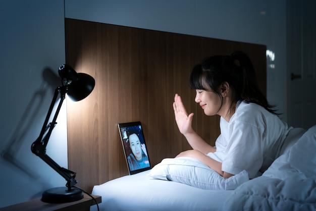 Aziatische vrouw virtuele happy hour bijeenkomst online samen met haar vriend Premium Foto