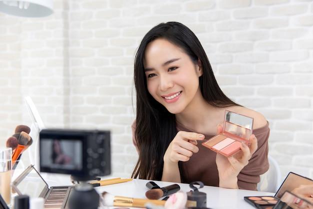 Aziatische vrouw vlogger opname cosmetische make-up tutorial Premium Foto