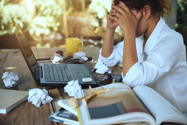 Aziatische vrouw zitten werken gestrest Premium Foto