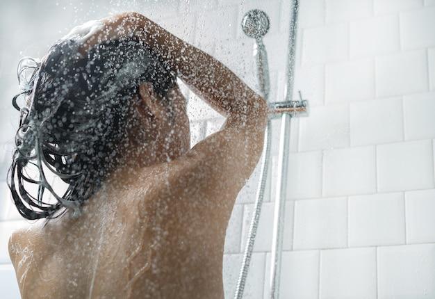 Aziatische vrouwen die baden en zij was aan het baden en was haar Premium Foto