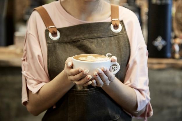 Aziatische vrouwen die koffiekop houden bij koffie Premium Foto