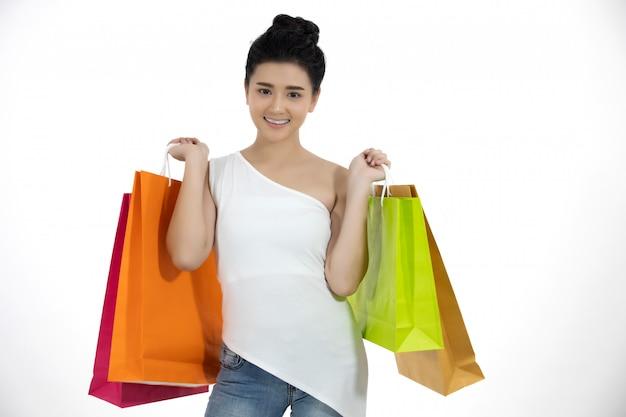 Aziatische vrouwen en mooi meisje houdt boodschappentassen en glimlachen Premium Foto