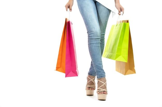 Aziatische vrouwen en mooi meisje houdt boodschappentassen en kopen met een creditcard Premium Foto