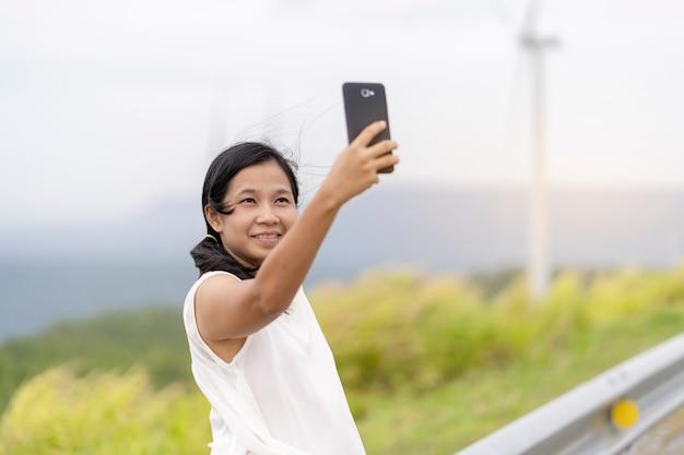 Aziatische vrouwen fotograferen selfie vanaf een mobiele telefoon Premium Foto