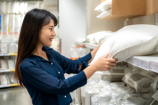 Aziatische vrouwen kiezen ervoor om nieuwe kussens in het winkelcentrum te kopen. winkelen voor boodschappen en huishoudelijke artikelen. Premium Foto