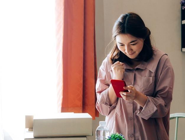 Aziatische vrouwen met haar freelance jobbusiness online verkoper. Premium Foto