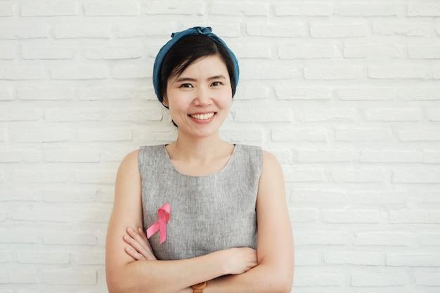Aziatische vrouwen met roze lint, borstkanker bewustzijn, oktober roze Premium Foto
