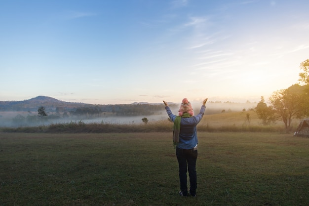 Aziatische vrouwen toeristische gelukkig vrijheid tijdens dramatische zonsopgang op mistige zomerochtend Premium Foto