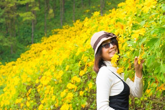 Aziatische vrouwenreiziger in vakantie. Premium Foto