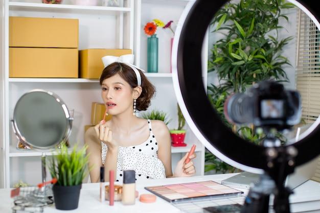 Aziatische vrouwenschoonheid vlogger of blogger opname make-up Gratis Foto