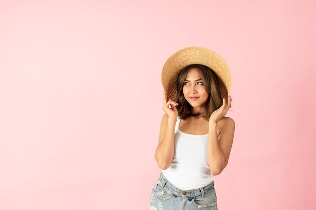 Aziatische vrouwentoeristen dragen zomerkleding en strohoeden met brede rand Premium Foto