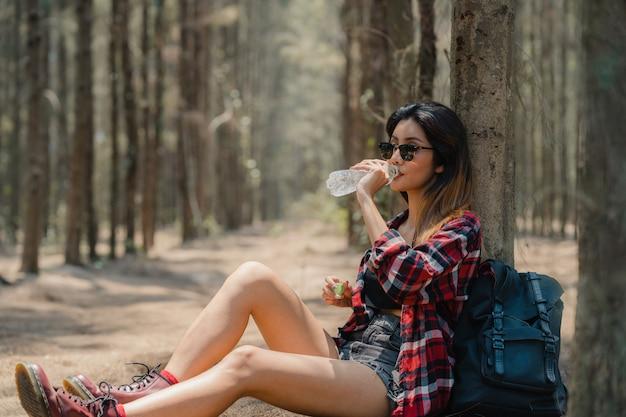 Aziatische wandelaar vrouw trekking in bos. Gratis Foto