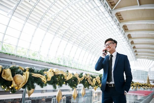 Aziatische zakenman aan de telefoon Gratis Foto
