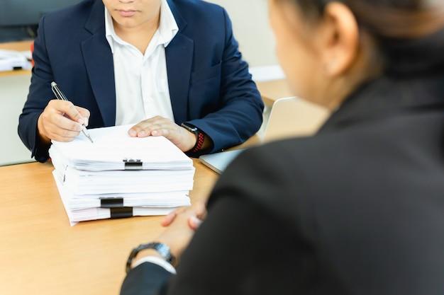 Aziatische zakenman en zijn assistent secretaris ondertekening document werk op kantoor. Premium Foto