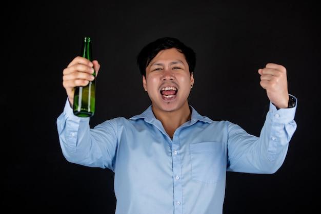 Aziatische zakenman met bierfles Gratis Foto