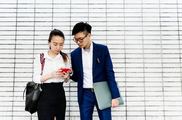 Aziatische zakenmensen bespreken Premium Foto