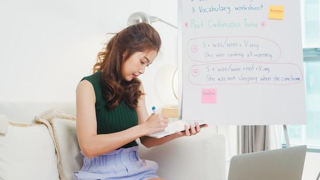 Azië jonge vrouwelijke docent engels videoconferentie bellen op computer laptop praten door webcam leren lesgeven in online chat. onderwijs op afstand, sociale distantie, quarantaine voor coronaviruspreventie. Gratis Foto