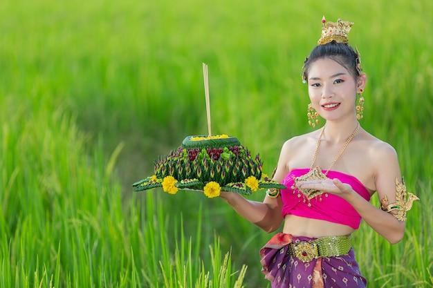 Azië vrouw in thaise jurk traditionele greep kratong. loy krathong-festival Gratis Foto