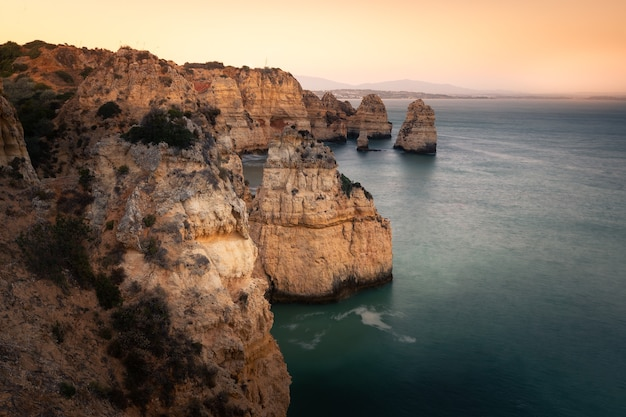 Baaien en kliffen bij ponta da piedade, de beroemdste plek van de algarve, in portugal Premium Foto