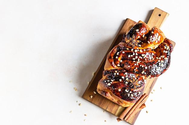 Babka- of briochebrood met abrikozenjam en noten. zelfgemaakt gebak als ontbijt. bovenaanzicht. Premium Foto