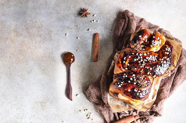 Babka- of briochebrood met abrikozenjam en noten. zelfgemaakt gebak als ontbijt. Premium Foto