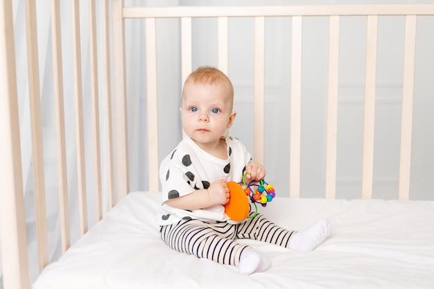 Baby 8 maanden spelen in de wieg, vroege ontwikkeling van kinderen tot een jaar Premium Foto