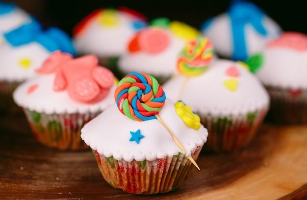 Baby cupcakes op hout Premium Foto