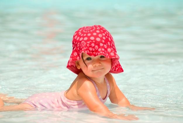 Baby die in zwembad, portret glimlacht Premium Foto
