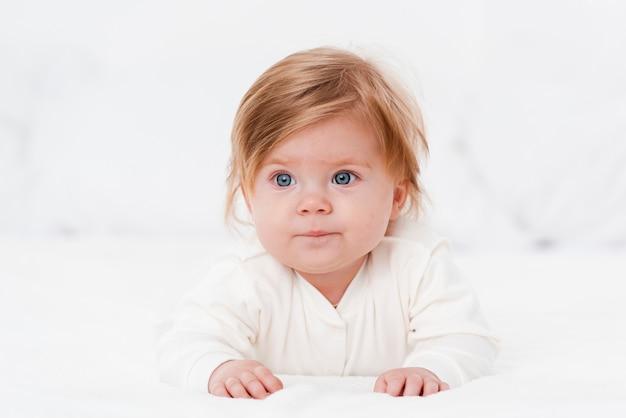 Baby die weg terwijl het stellen kijkt Gratis Foto