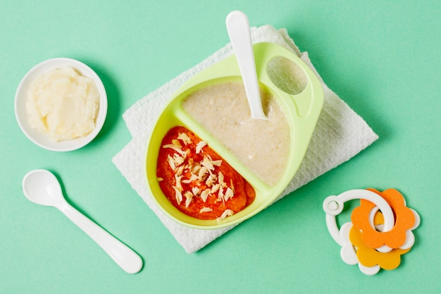 Baby eigengemaakt voedsel op groene achtergrond Gratis Foto