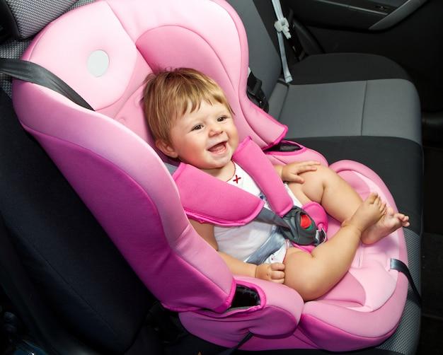 Baby in een autostoeltje Premium Foto