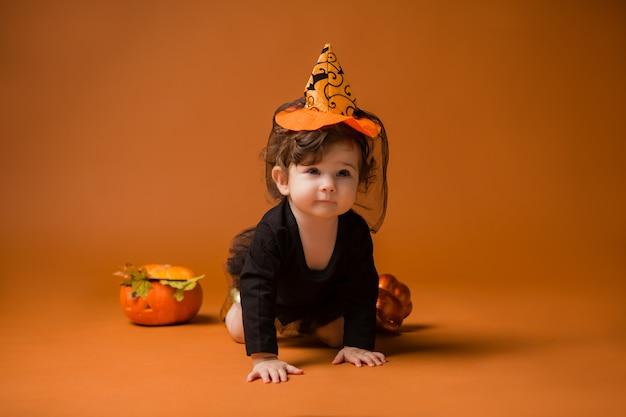 Baby in een heks kostuum voor halloween Premium Foto