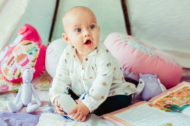 Baby jongen zitten op deken foto gratis download