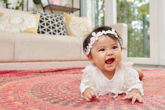 Baby kruipen op tapijt Premium Foto