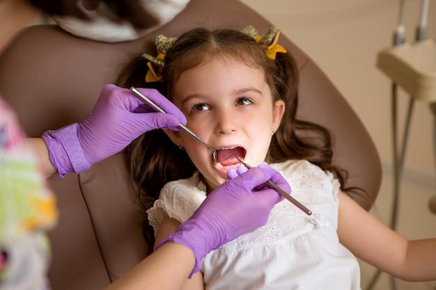 Baby meisje bij de tandarts Premium Foto