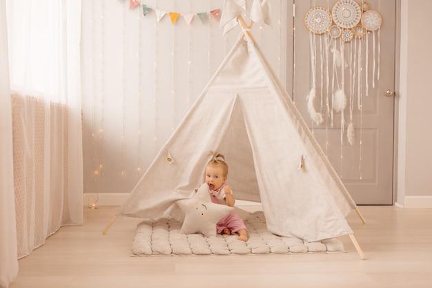 Baby meisje spelen in de kinderkamer Premium Foto