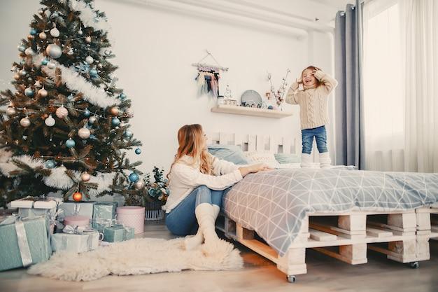 Baby meisje springen op het bed Gratis Foto