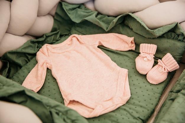 Baby onesie ingesteld in de wieg Gratis Foto