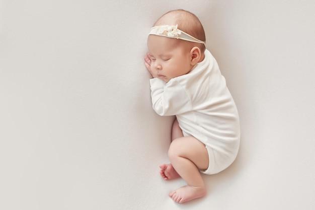 Baby pasgeboren meisje op een lichte achtergrond Premium Foto