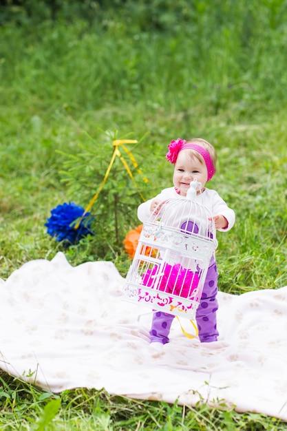 Baby smile picknick speels weekend natuur met familie Premium Foto